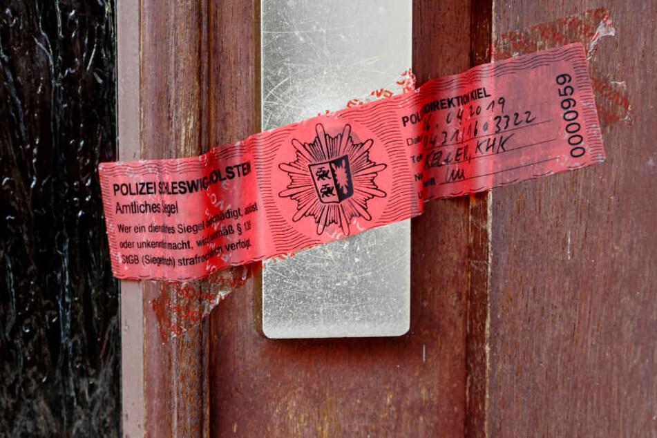Hinter dieser Tür in einer Reihenhauswohnung fand die Polizei am Samstag die Leiche einer Frau.