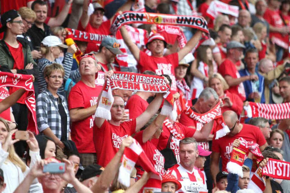 Union-Berlin-Fans verfolgen das Testspiel gegen Bröndby IF in der Alten Försterei.