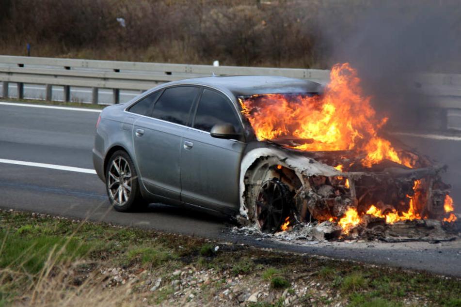 Flammen-Inferno auf der A24: Auto gerät bei voller Fahrt in Brand