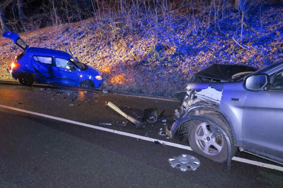 Beide Fahrer wurden schwer verletzt in ein Krankenhaus gebracht.