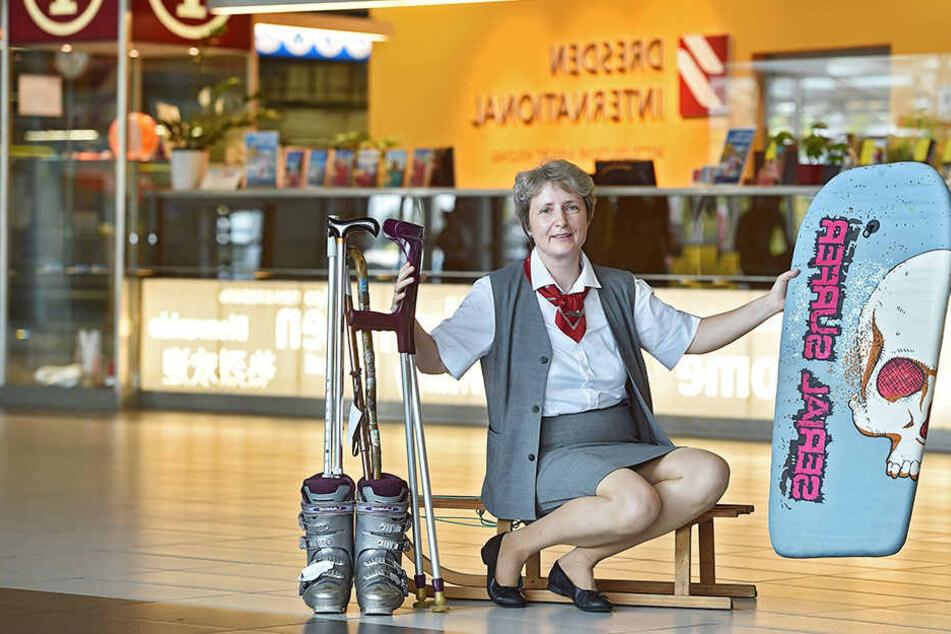 Flughafen-Mitarbeiterin Carla Schmidt (52) mit kuriosen Fundsachen: Surfbrett, Skischuhen, Krücken und Schlitten.