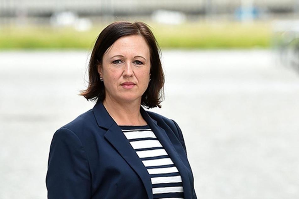 Sprecherin Isabell Siebert (38) erklärt den Zeitplan des Landesamtes für  Straßenbau und Verkehr.
