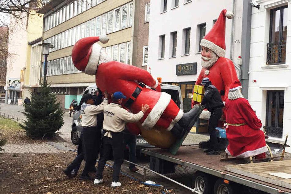 Hier werden die Weihnachtsmänner aus dem Kulissenpark in Bielefeld abtransportiert.