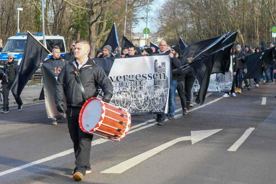 Etwa 150 Menschen versammelten sich zur Demonstration der rechtsextremen Seite.