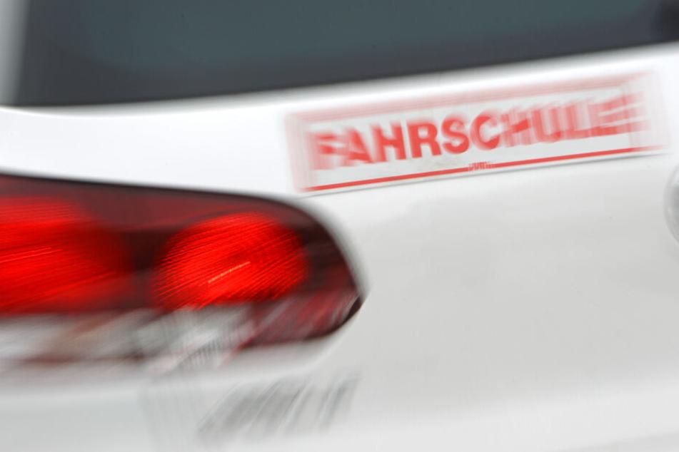 In Düsseldorf stoppte ein Fahrlehrer ein unkontrolliertes Fahrzeug (Symbolbild).