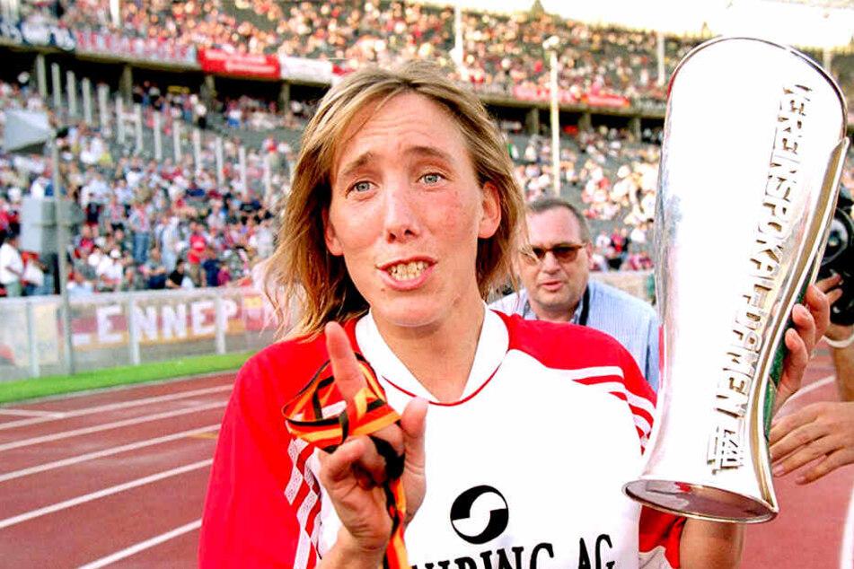 Titelgewinn mit Frankfurt: Heidi Mohr mit dem DFB-Pokal in der Hand.
