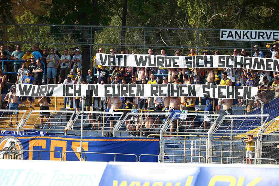 Provokative Banner gehören inzwischen dazu, wenn die großen Leipziger Vereine aufeinander treffen.
