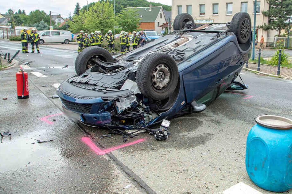 Auto überschlägt sich mitten in der Stadt: Fahrerin verletzt