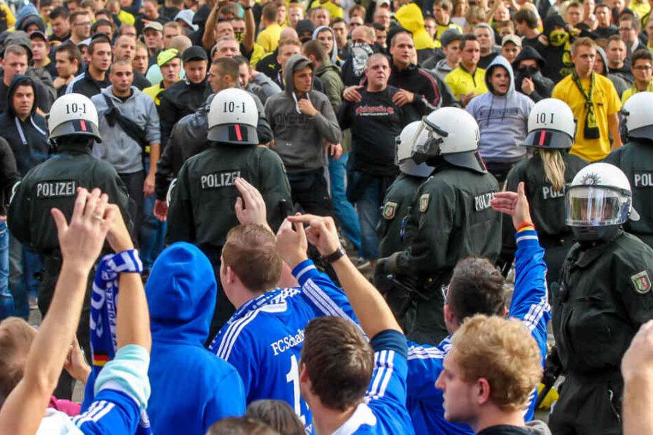 Doch auch die Schalker Fans haben sich in der Vergangenheit nicht immer sauber verhalten. So haben auch diese bereits BVB-Fanclubs ausgeraubt. Nicht selten kam es auch zu handgreiflichen Auseinandersetzungen beider Fan-Gruppierungen am Rande der Derbys.