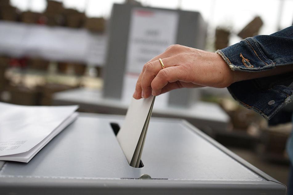 In Sachsen macht sich bei trüben Wetter am Vormittag weniger als ein Drittel der Wahlberechtigten auf den Weg zum Wahllokal.
