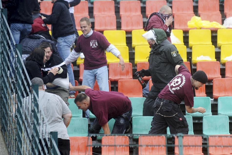 Im Jahr 2011 hatten BFC-Fans nach dem Pokalspiel gegen Kaiserslautern den Gästeblock gestürmt und einige Menschen verletzt. (Archivbild)