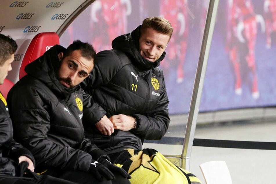 Saß zwar auf der Bank, stand aufgrund einer Verletzung nicht im Kader: Dortmunds Superstar Marco Reus (r., hier neben Paco Alcacer (M.) und Christian Pulisic).
