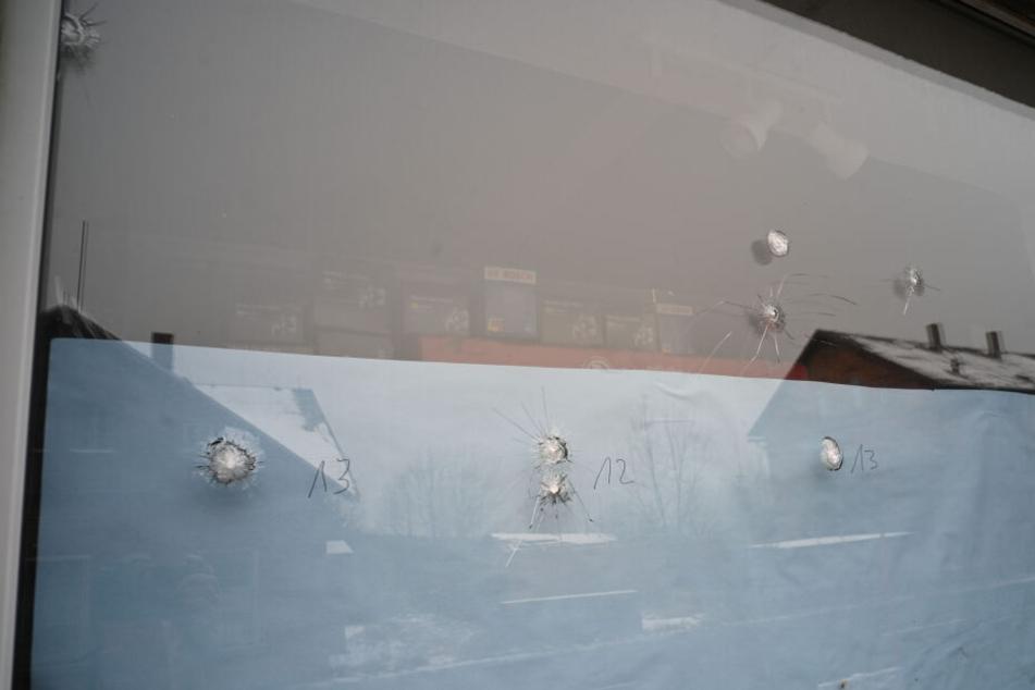 """24 Schüsse feuerte der Täter auf die Schaufenster des tschechischen Geschäfts """"Auto Kelly"""" ab."""