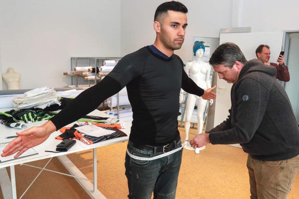 Pita Taufatofua lässt sich für seinen Anzug vermessen.