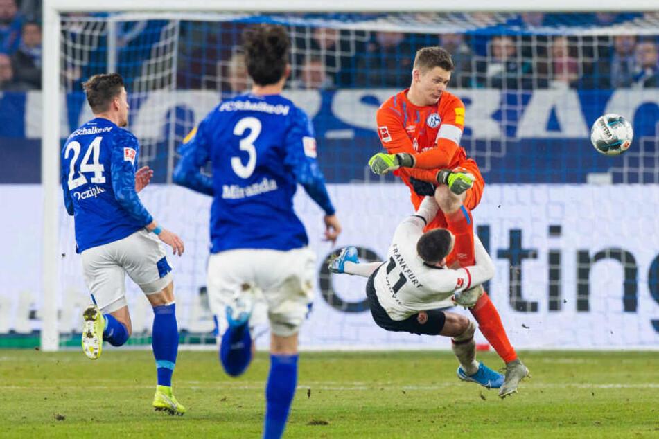 Das Foul von Alexander Nübel gegen Mijat Gacinovic in der 66. Spielminute im Spiel zwischen Schalke 04 und Eintracht Frankfurt.