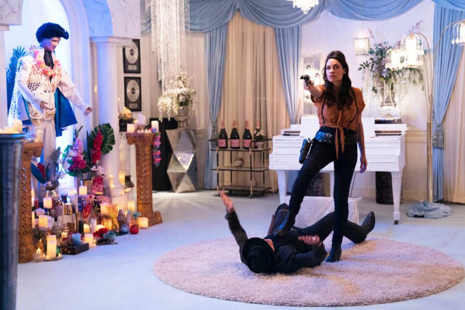 Nevada (oben, Rosario Dawson) hat sich im Haus von Elvis Presley einquartiert. Sie überwältigt Tallahassee (Woody Harrelson) und dessen Clique schnell.