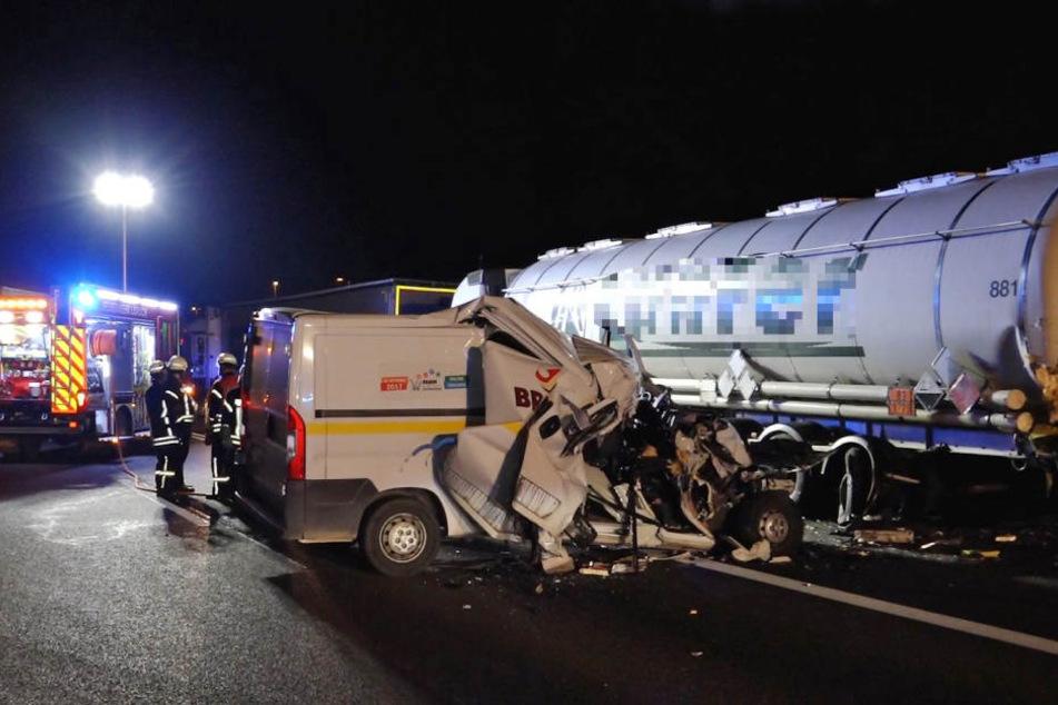 Der Kleintransporter wurde durch den Zusammenprall völlig zertrümmert.