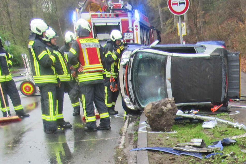 Heftiger Unfall: Smart schleudert 25 Meter über Straße