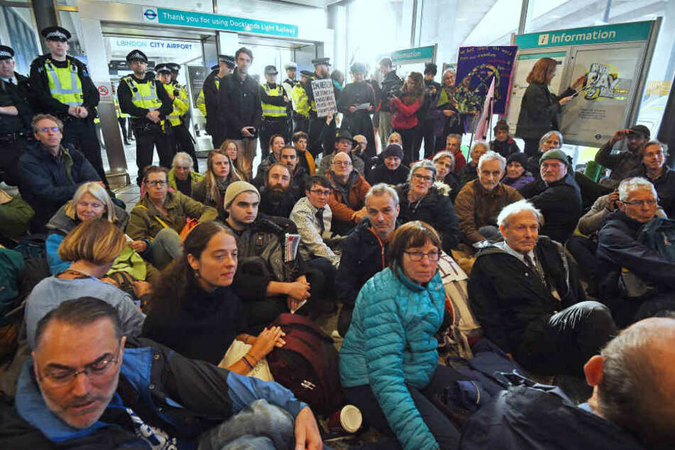 Demonstranten blockieren den Zugang zum Flughafen von der DLR-Station.