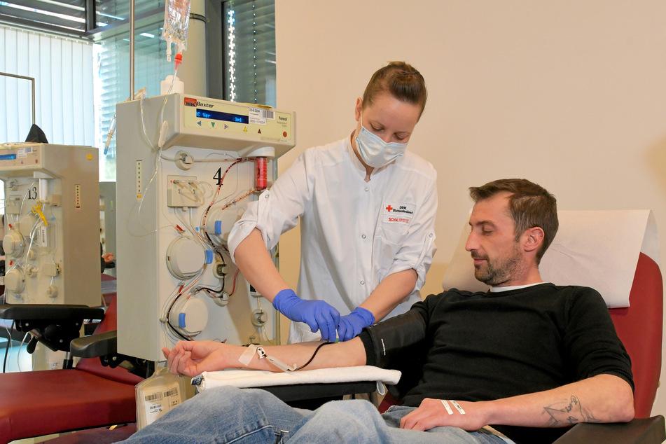 Kai Mizera spendet nach überstandener Corona-Erkrankung Blut.