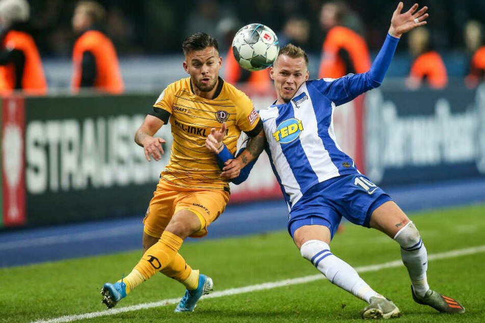 Herthas Ondrej Duda (r.) und Dynamos Sascha Horvath kämpfen um den Ball.