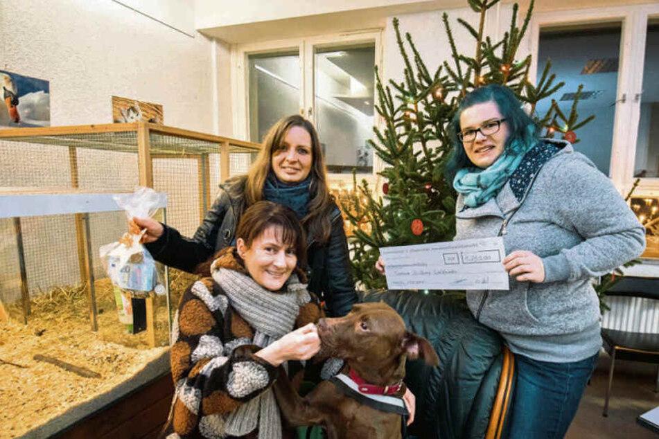 Linda Wiedemann und Desiree Held organisierten Chemnitz' ersten Hunde-Weihnachtsmann und sammelten dabei Spenden für einen guten Zweck.
