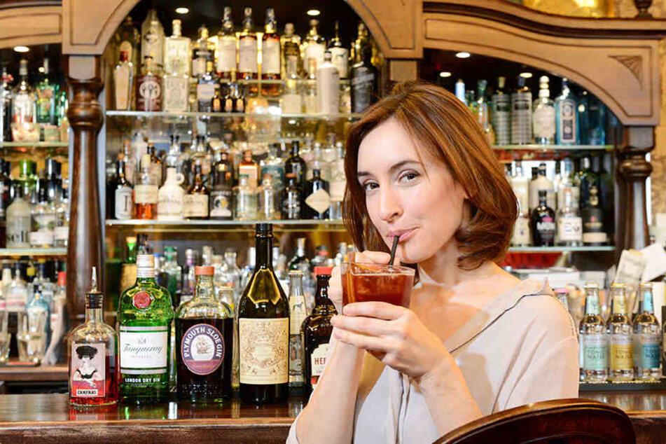 """Leeecker! Schauspielerin Maike von Bremen (35) genehmigt sich im """"Gin House"""" einen echten Silvester-Cocktail."""