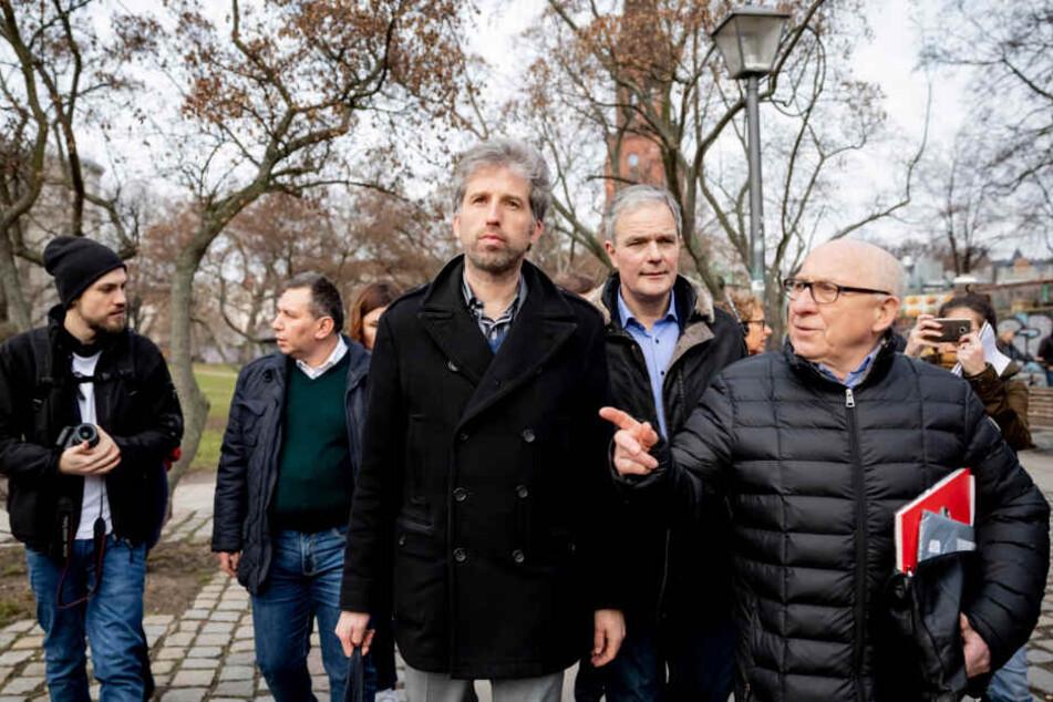 Boris Palmer (Mitte), rechts daneben Berlins CDU-Fraktionschef Burkard Dregger und Abgeordnetenhaus-Mitglied Kurt Wasner von der CDU mitsamt Medientross im Görlitzer Park.