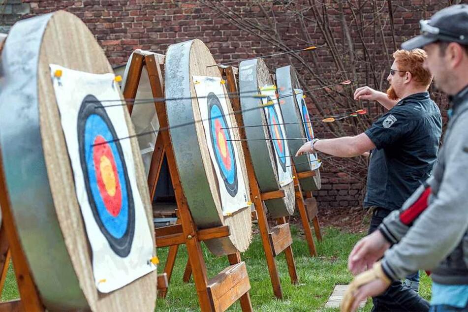 Bogensport boomt. Bei Knut Kieschkar in Altchemnitz können angehende Robin Hoods auf einer Trainingsanlage den Umgang mit Pfeil und Bogen lernen.