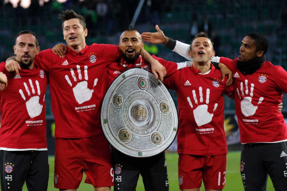 Franck Ribery (l-r), Robert Lewandowski, Arturo Vidal, Rafinha und Douglas Costa feiern mit den Fans den Sieg und die deutsche Meisterschaft im Jahr 2017.
