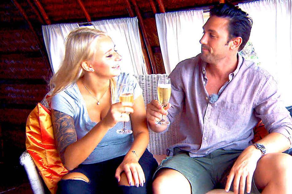 Carina (links) und Bachelor Daniel Völz schlürfen beim Date gemeinsam Sekt.
