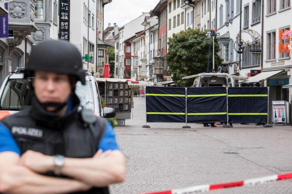 Polizisten sperren am 24.07.2017 in Schaffhausen (Schweiz) die Innenstadt ab. Ein Mann hat mit einer Kettensäge mehrere Menschen verletzt.