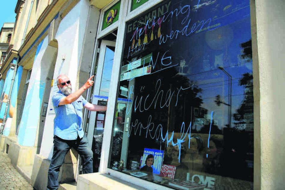 Buchhändler Hans-Jürgen Marburg (61) ärgert sich über die Schmiererei.