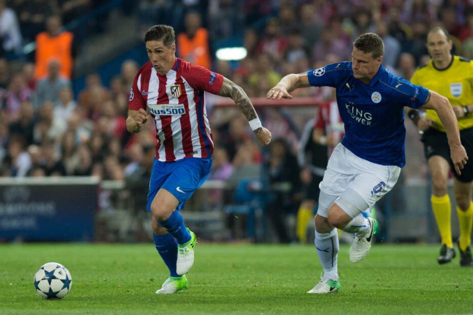 Senioren-Liga statt Königsklasse? In der Champions League durfte Huth (r.) gegen Weltstar Fernando Torres (l.) spielen.