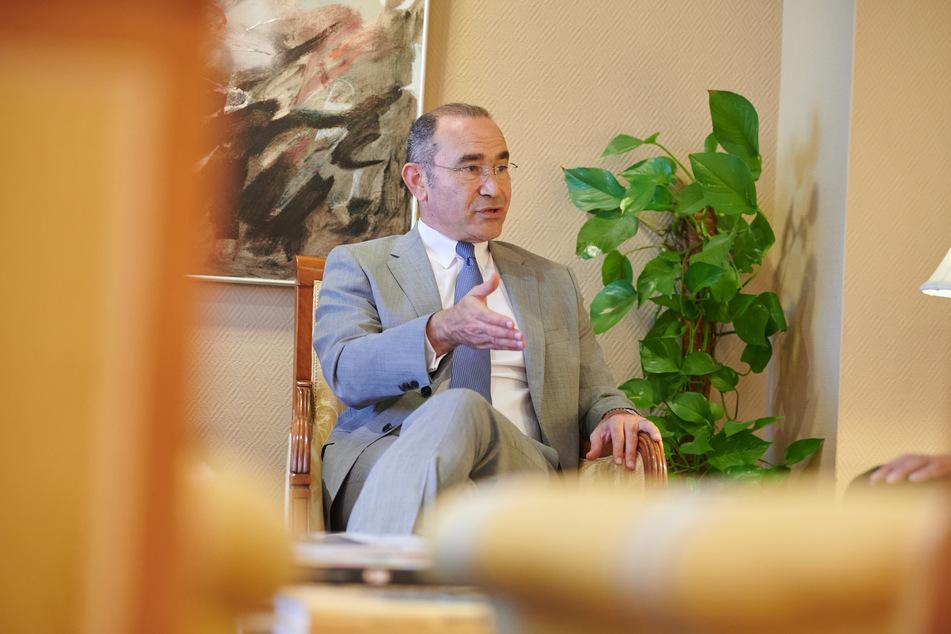 Khaled Galal Abdelhamid, ägyptischer Botschafter in Deutschland, spricht während eines Interviews in seinem Büro.