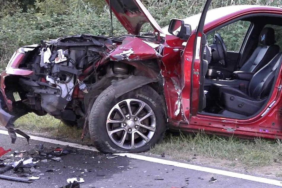 Auch der Jeep Cherokee wurde bei dem Unfall schwer beschädigt.