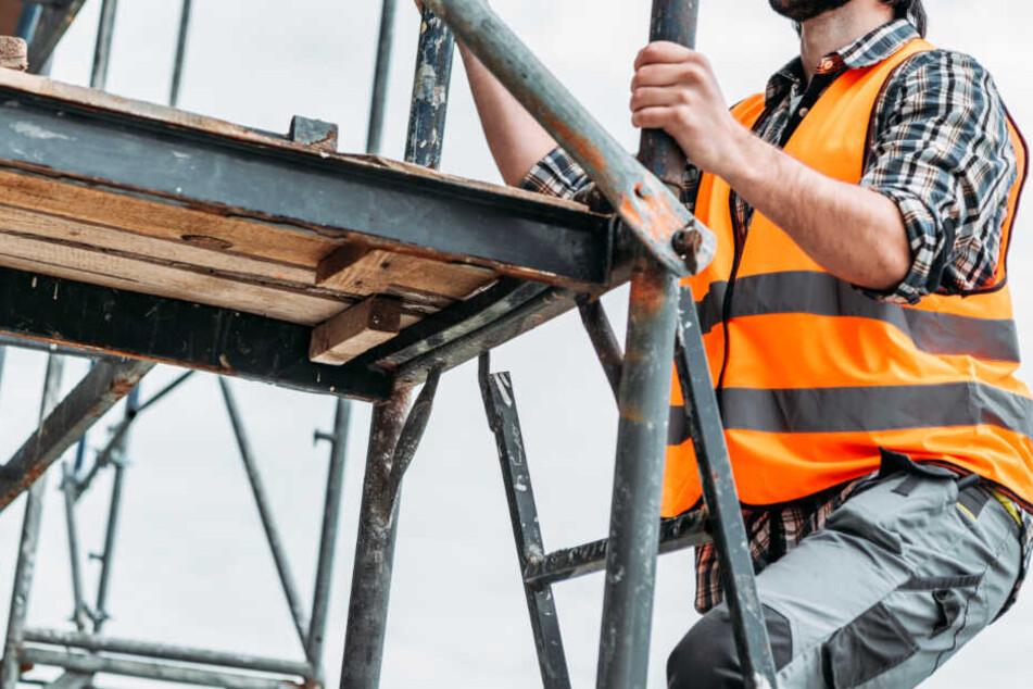 Ein Arbeiter ist von einem Gerüst sechs Meter in die Tiefe gestürzt. (Symbolbild)