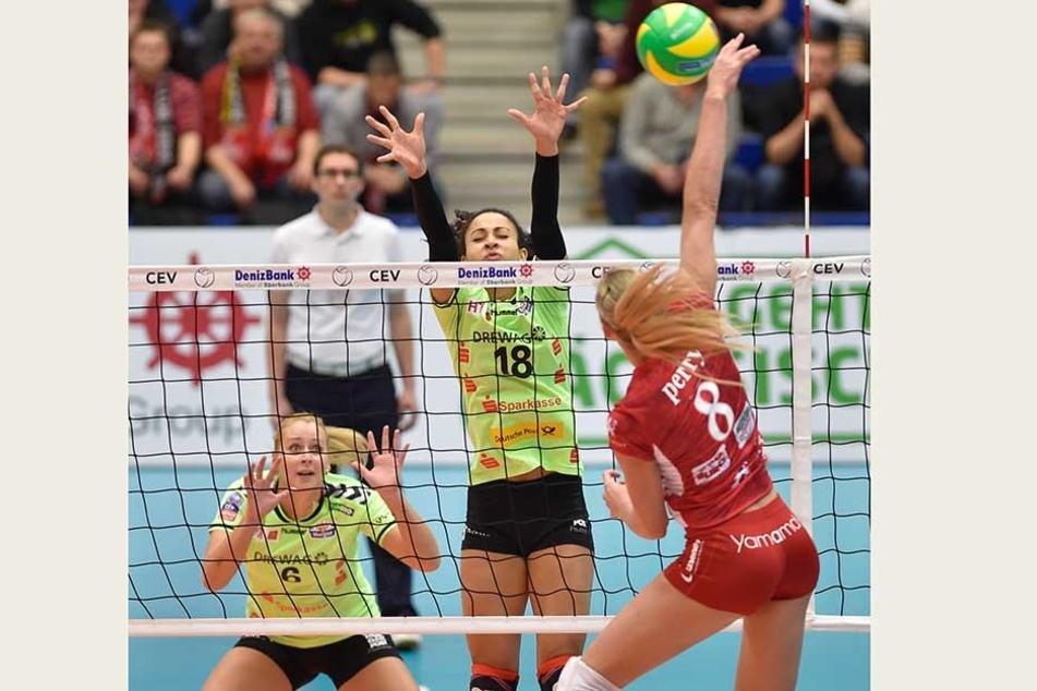 Im Januar 2015 gab's in der Margon Arena eine klare 0:3-Pleite. Die DSC-Asse Jaroslava Pencova (v.l.) und Shanice Marcelle konnte damals die Angriffe von ihrer ehemaligen Mitspielerin Becky Perry nicht wegblocken.