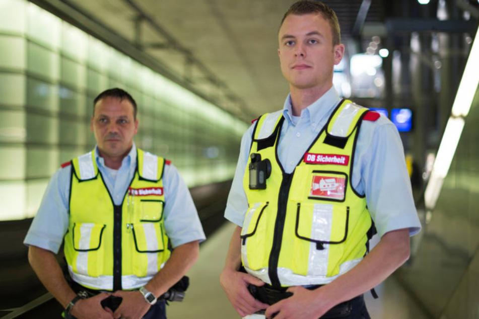 Zwei Sicherheitsdienst-Mitarbeiter der Deutschen Bahn, die mit einer sogennanten BodyCam ausgerüstet sind.