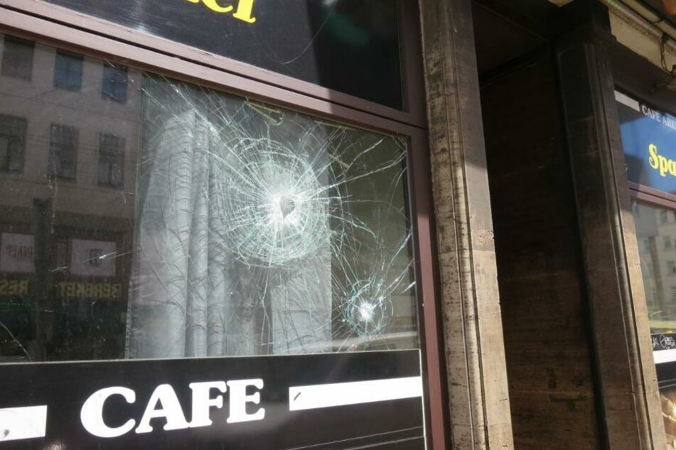 Nach dem Angriff warfen die mutmaßlichen Dealer Scheiben des Lokals ein.