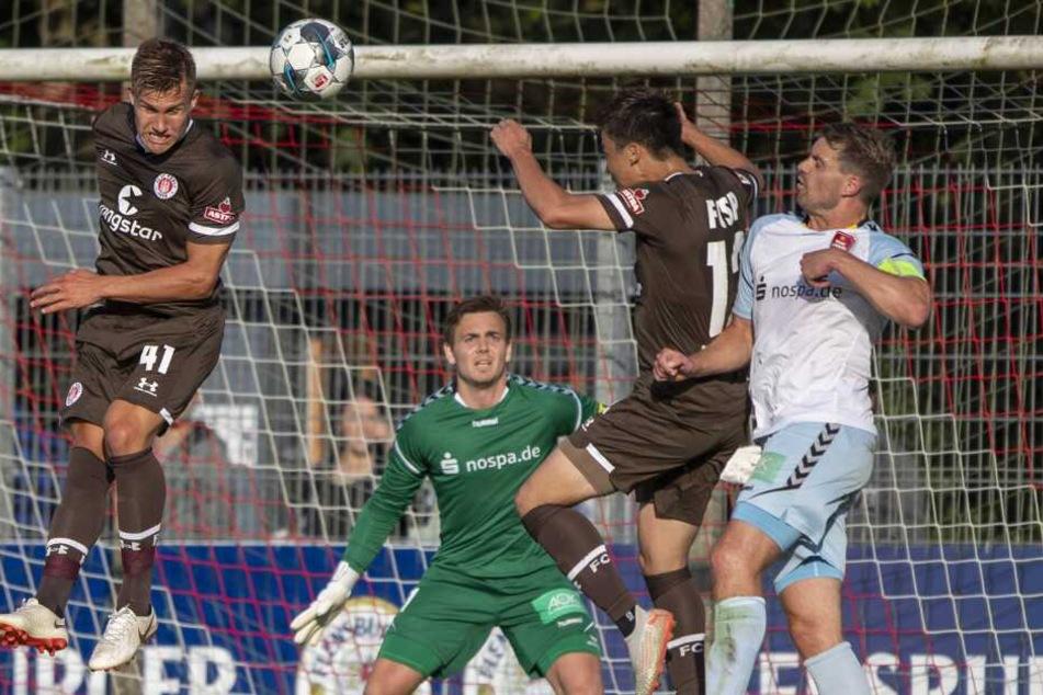 Leo Oestigard und Ryo Miyaichi von St. Pauli gegen Christian Juergensen und Florian Kirschke vom SC Weiche Flensburg.