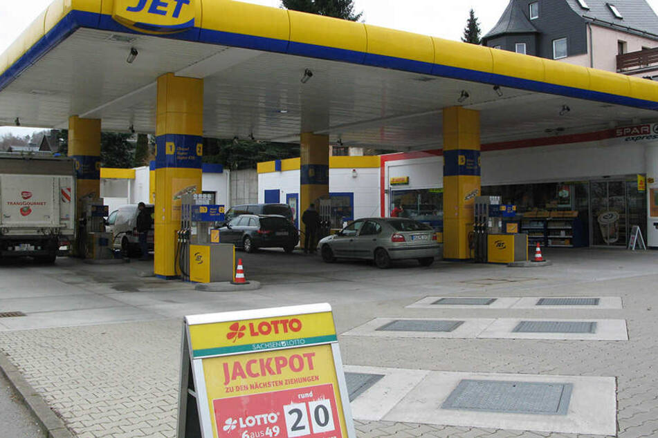 Tatort Tankstelle in Bad Schlema: Hier klaute ein Mann (30) eine Handtasche  aus einem Auto.