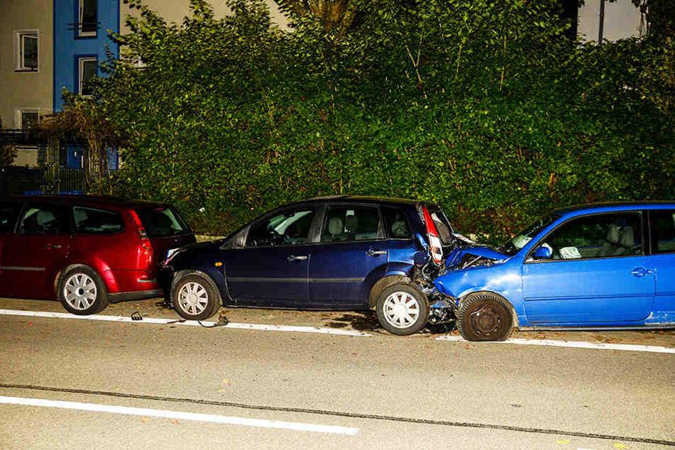 Vier geparkte Wagen schob der Mann ineinander.