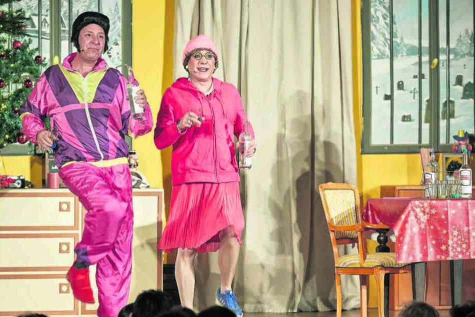 Zum Frühsport mit Inge (Jens Albrecht) schmeißt sich Elvis in einen pinken Freizeitanzug.