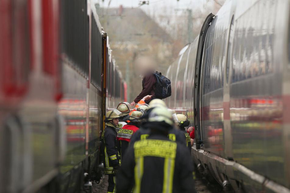Eine Reisende geht über eine Brücke in einen Ersatzzug.