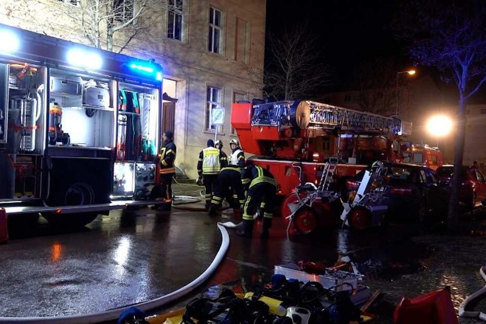 Bei einem Wohnungsbrand in Bernburg ist am Samstagmorgen ein Mann ums Leben gekommen.