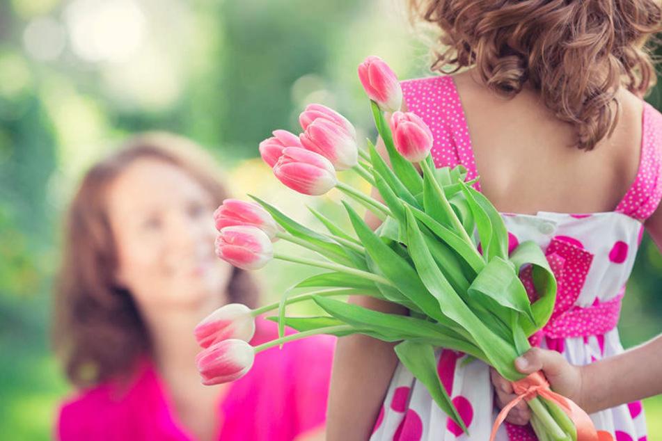 Kinder schenken ihren Müttern auch zum Frauentag Blumen.