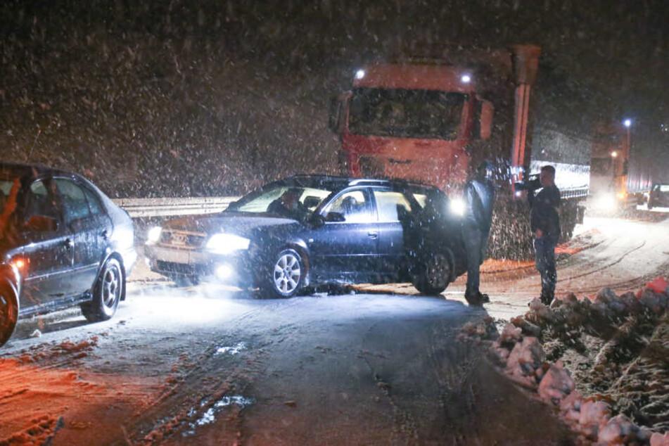 Auch auf den Straßen lag der Schnee mehrere Zentimeter hoch, Autos stellten sich quer.