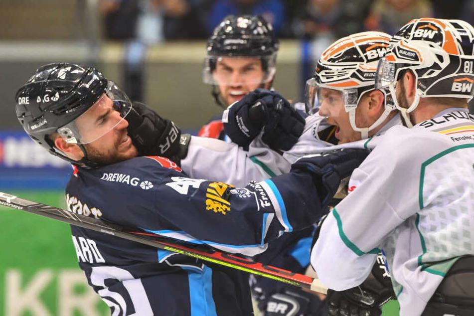 Harter Kampf: Hier duellieren sich Nick Huard (l, Eislöwen) und Benjamin Hüfner.