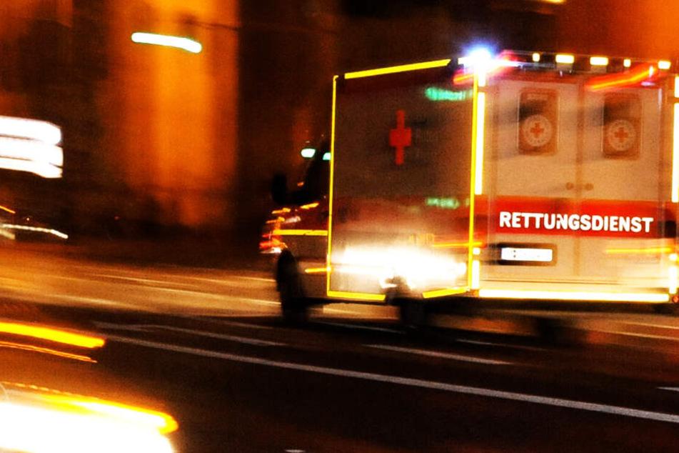 Tödlicher Unfall: Rentner prallt mit seinem Auto gegen Fahrzeuge und Bäume